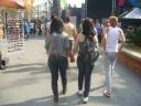 Casal de Meninas passeando